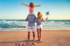 Lycklig familj som har gyckel på sommarsemester Royaltyfria Foton