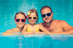 Lycklig familj som har gyckel på sommarsemester arkivfoto
