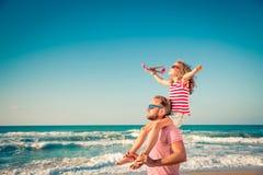 Lycklig familj som har gyckel på sommarsemester royaltyfri fotografi