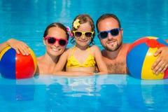 Lycklig familj som har gyckel på sommarsemester Royaltyfria Bilder