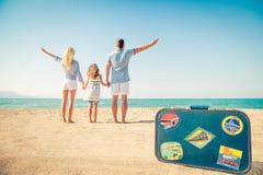 Lycklig familj som har gyckel på sommarsemester Arkivfoton