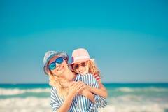 Lycklig familj som har gyckel på sommarsemester Arkivbilder