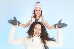 Lycklig familj som har gyckel på vintertid fotografering för bildbyråer