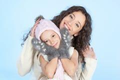 Lycklig familj som har gyckel på vintertid royaltyfri fotografi