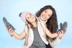 Lycklig familj som har gyckel på vintertid arkivbilder