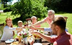 Lycklig familj som har matställen eller det trädgårds- partiet för sommar royaltyfria bilder