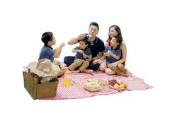 Lycklig familj som har picknick med bubblatvål Fotografering för Bildbyråer