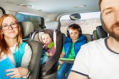 Lycklig familj som har rolig resande med bilen arkivfoton