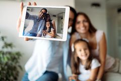 Lycklig familj som har rolig tid hemma royaltyfri bild