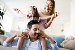 Lycklig familj som har rolig tid hemma fotografering för bildbyråer