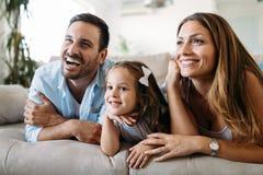 Lycklig familj som har rolig tid hemma arkivbild