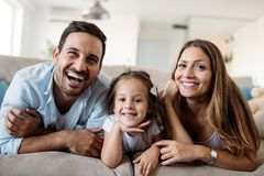 Lycklig familj som har rolig tid hemma royaltyfri foto