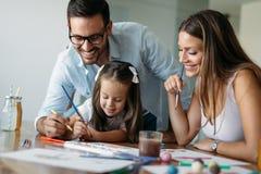 Lycklig familj som har rolig tid hemma royaltyfria bilder