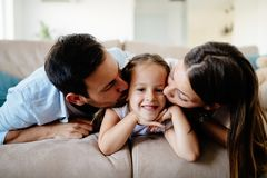 Lycklig familj som har roliga tider hemma Fotografering för Bildbyråer