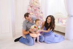 Lycklig familj som har roligt och tillsammans skrattar i rymlig bedroo Arkivfoton