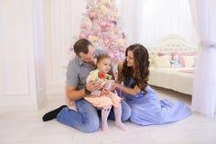 Lycklig familj som har roligt och tillsammans skrattar i rymlig bedroo Royaltyfri Bild