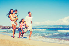 Lycklig familj som har tillsammans gyckel royaltyfria foton