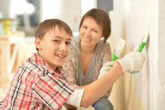 Lycklig familj som hemma gör reparation Arkivbilder