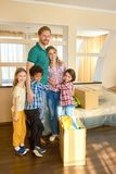 Lycklig familj som inomhus står royaltyfria bilder