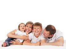 Lycklig familj som isoleras över vit bakgrund Royaltyfri Foto