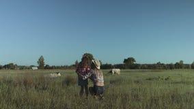Lycklig familj som kopplar av i natur i bygd arkivfilmer