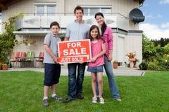 Lycklig familj som köper det nya huset Arkivbild
