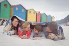 Lycklig familj som ligger på sand Royaltyfria Foton