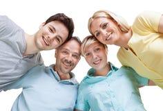 Lycklig familj som ner ser Arkivbild