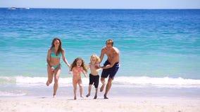 Lycklig familj som plaskar sig stock video