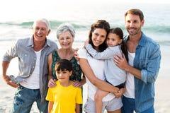 Lycklig familj som poserar på stranden royaltyfri foto