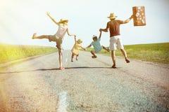 Lycklig familj som rymmer sig händer på soligt Arkivfoton
