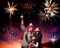 Lycklig familj som ser fyrverkerier Arkivbild