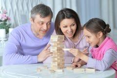 Lycklig familj som sitter på tabellen och att spela arkivbild