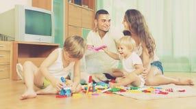 Lycklig familj som spelar i hemmiljö Royaltyfria Bilder