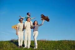 Lycklig familj som spelar i natur i sommar arkivfoton