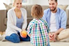 Lycklig familj som spelar med den hemmastadda bollen Arkivbilder