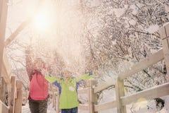 Lycklig familj som spelar med snö arkivbild
