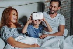 Lycklig familj som spenderar mycket att intressera tid tillsammans arkivfoton