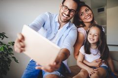Lycklig familj som tar selfie i deras hus arkivbild