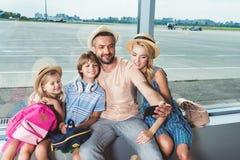 Lycklig familj som tar selfie i flygplats arkivbild