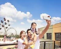 Lycklig familj som tar selfie i parkera royaltyfria bilder