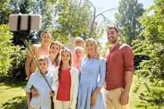 Lycklig familj som tar selfie i sommartr?dg?rd royaltyfria foton