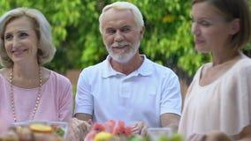 Lycklig familj som tillsammans ber för matställe, tro i gud och andlighet stock video