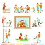 Lycklig familj som tillsammans gör illustrationen för saker som omger den stora familjståendebilden Arkivfoto