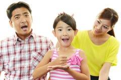Lycklig familj som tillsammans ler arkivbild