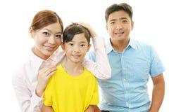 Lycklig familj som tillsammans ler fotografering för bildbyråer