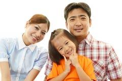 Lycklig familj som tillsammans ler arkivfoto