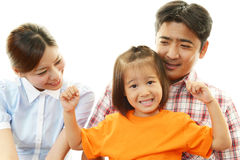 Lycklig familj som tillsammans ler royaltyfri foto