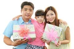 Lycklig familj som tillsammans ler arkivfoton