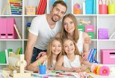 Lycklig familj som tillsammans målar Royaltyfria Bilder